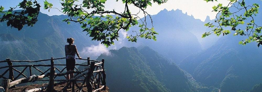 Картинка с девушкой и горами