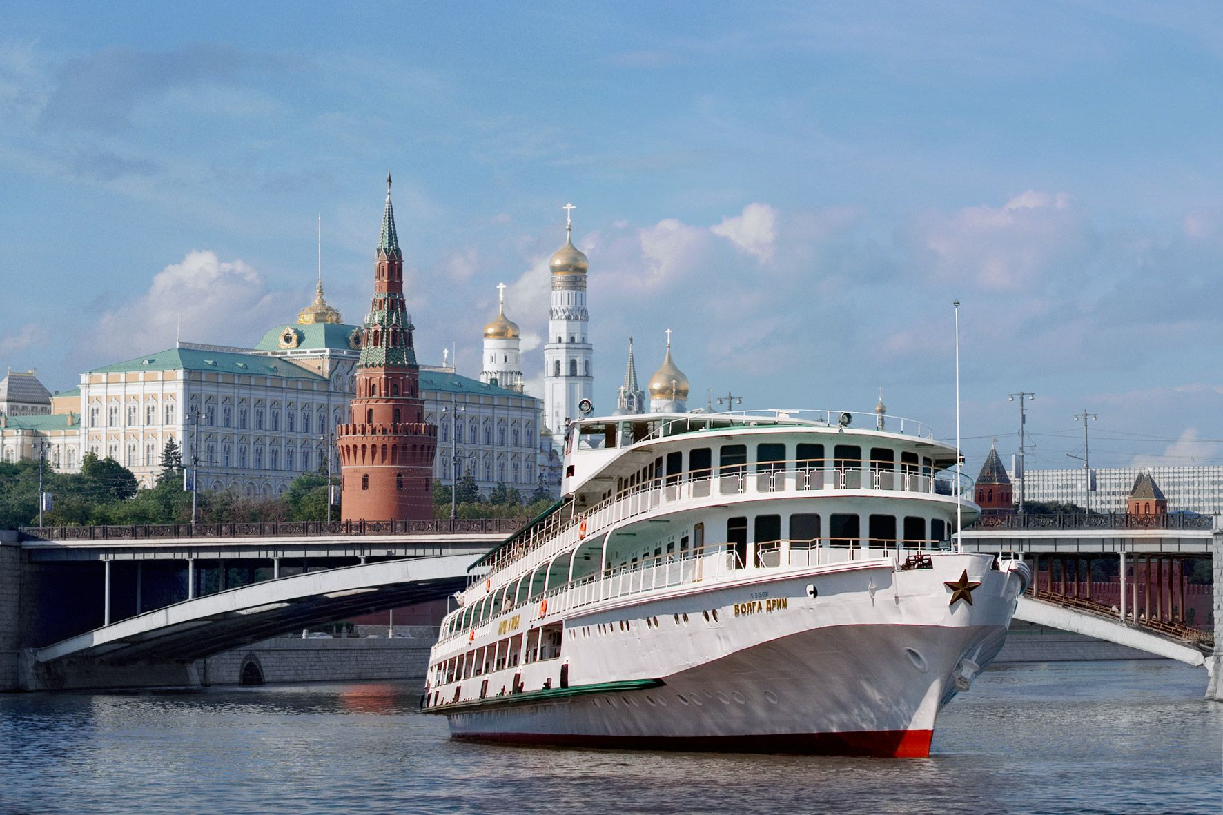 фото с кораблем на фоне храма